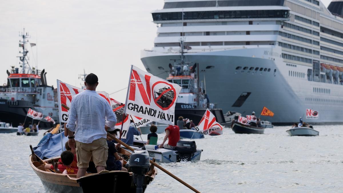 Imagen de la concentración frente al primer crucero del verano en Venecia.