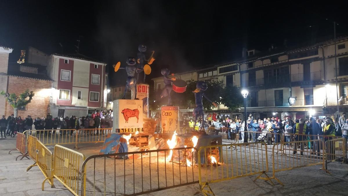 El montaje creado por la asociación de carrocistas comienza a arder en La Glorieta