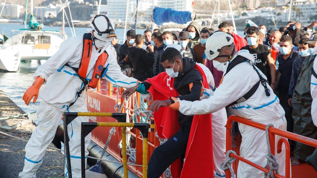 Trabajadores de Cruz Roja ayudan en el Muelle a trasladar a migrantes que han interceptado en aguas canarias, en Gran Canaria,