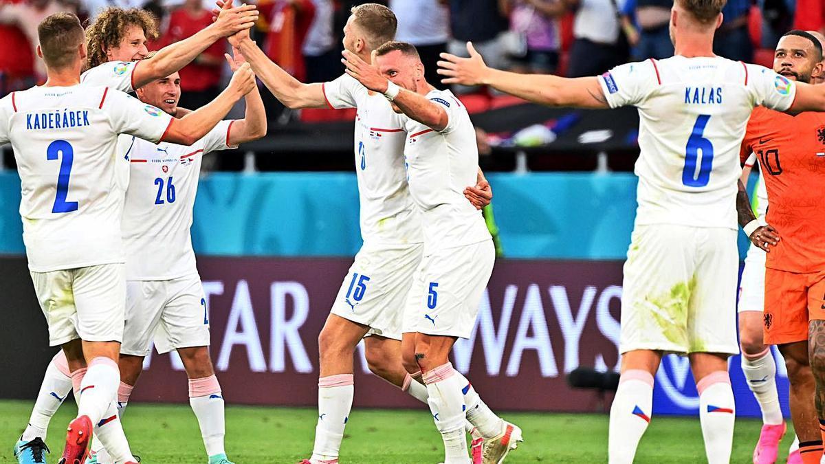 Los jugadores checos celebran su clasificación para cuartos tras derrotar a Países Bajos. |  // REUTERS