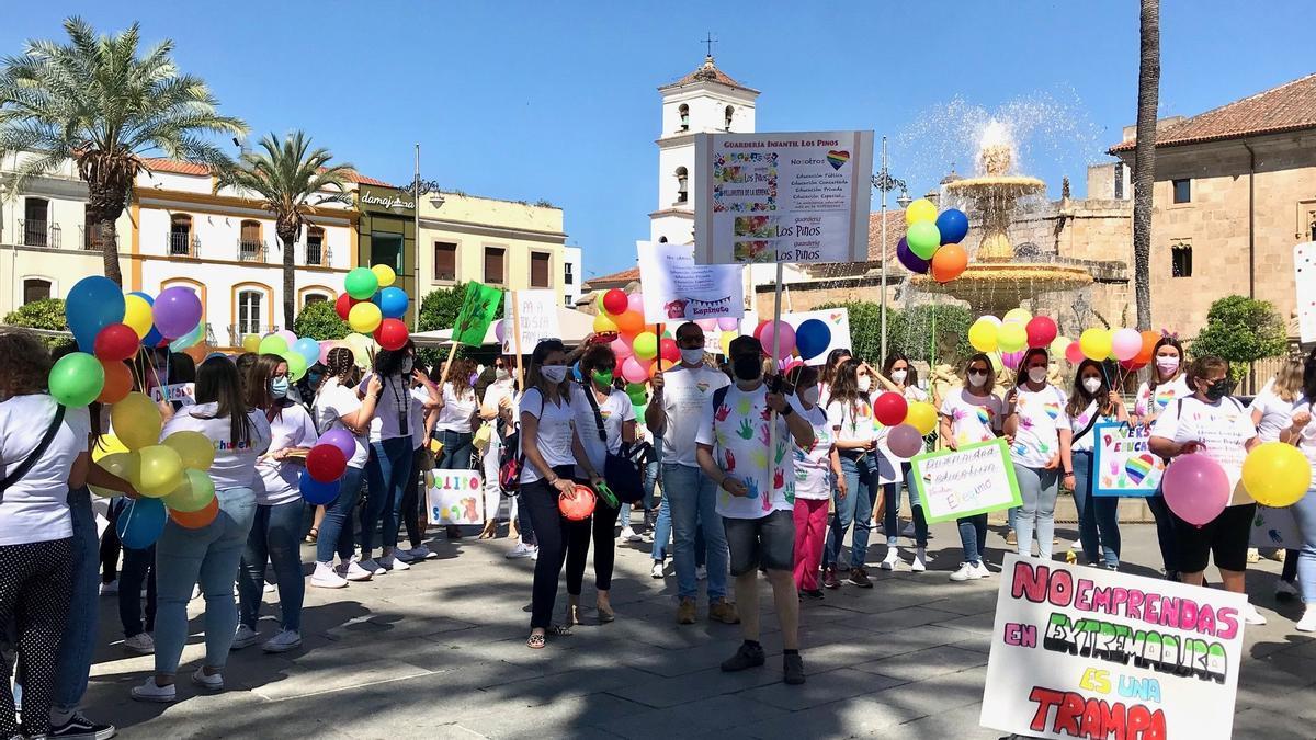 Concentración de los profesionales de las guarderías, esta mañana en la plaza de España de Mérida.