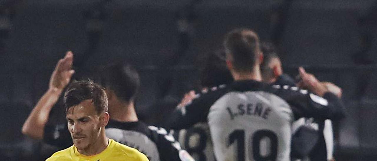 Curbelo, mientras el Castellón celebra uno de sus goles a la UD el curso pasado.     LOF
