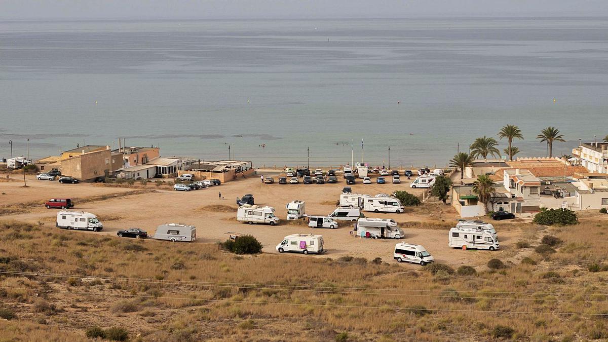 Desde la carretera de La Azohía puede observarse el improvisado aparcamiento de caravanas, junto a las viviendas.
