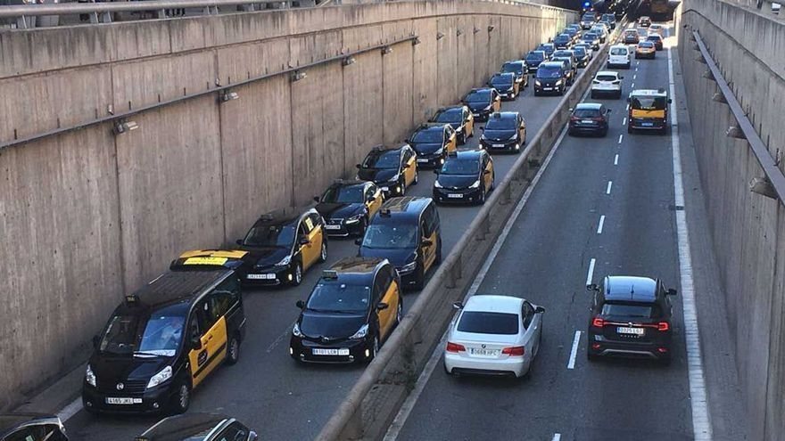 """Els taxistes es manifesten contra les propostes d'Uber i FreeNow de """"liberalitzar el mercat"""""""