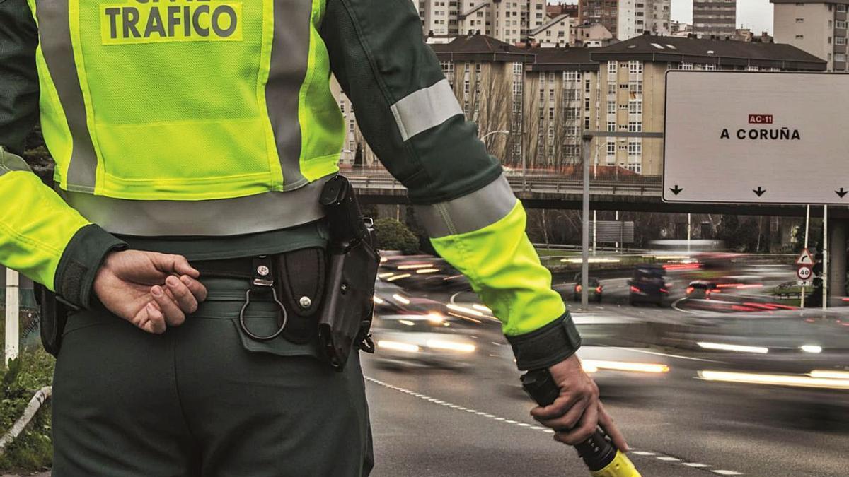 Un agente de la Guardia Civil de Tráfico durante un control. |   // G. C.
