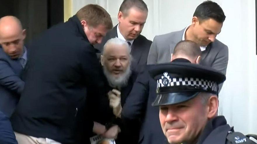 Assange, detenido en Londres después de que Ecuador le retirara el asilo