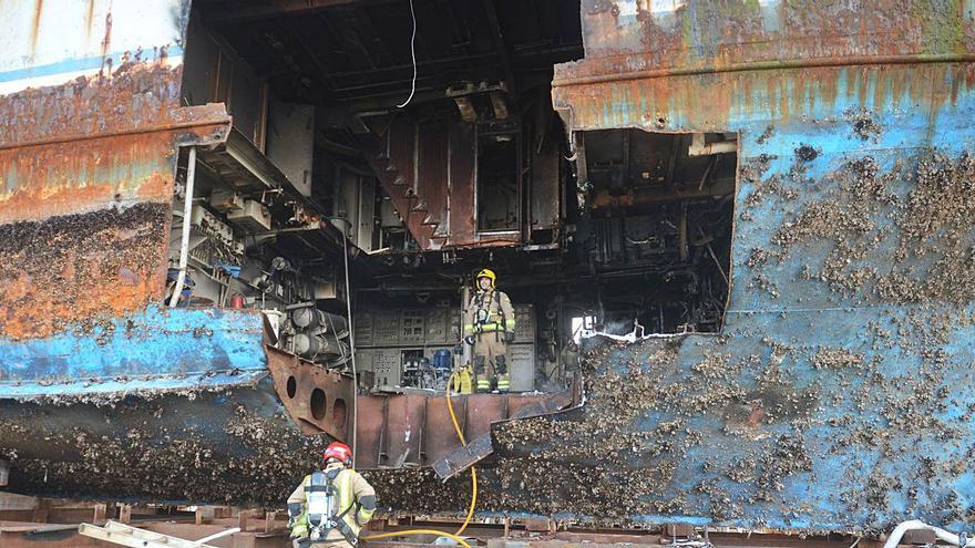"""Sofocan un incendio en el """"Furabolos"""", un buque pirata que se desguaza en Cambados"""