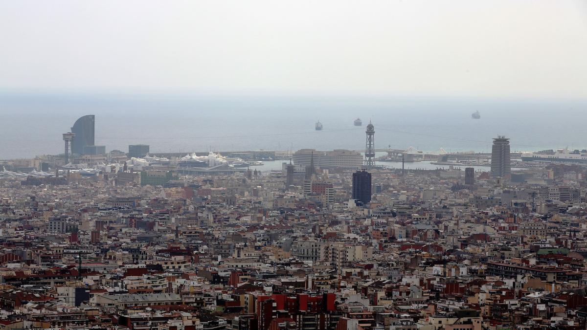 Una boina de aire contaminado en Barcelona.