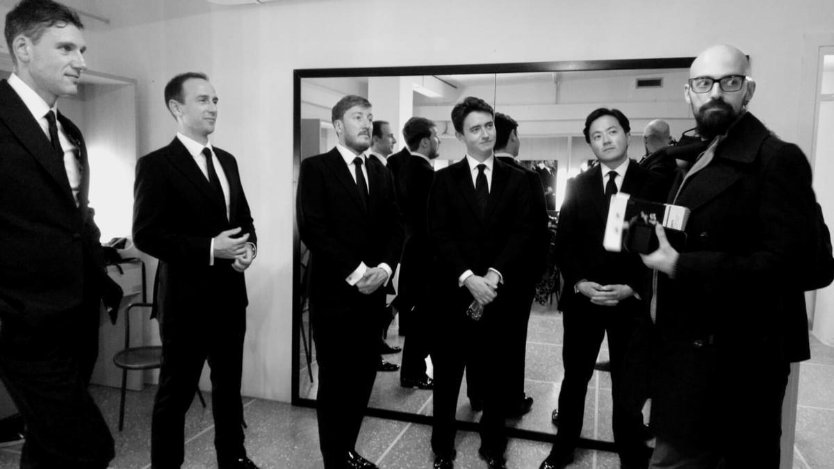 Els integrants de The Kings Singers amb el compositor igualadí Carles Prat