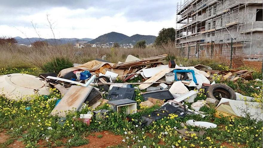 Vila retira 4.500 kilos de residuos de un solar de Platja d'en Bossa