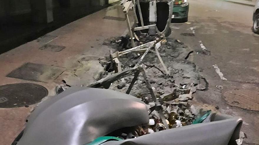 Un grupo de vándalos genera daños por 20.000 euros quemando contenedores en Langreo