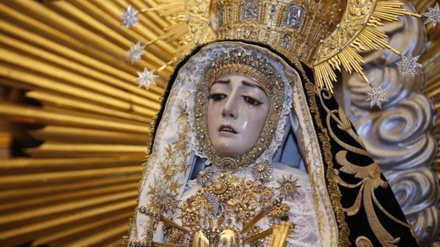 Bajo el manto de la Virgen de los Dolores