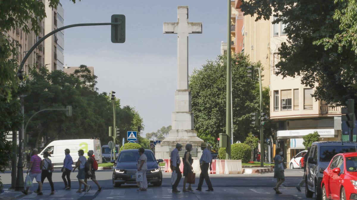 La cruz de los caídos de Cáceres en su ubicación actual en la plaza de América.