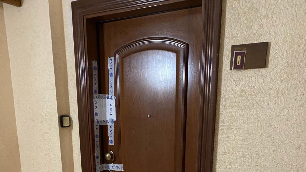 La mujer que fue atacada por su marido con un martillo sigue grave en la UCI
