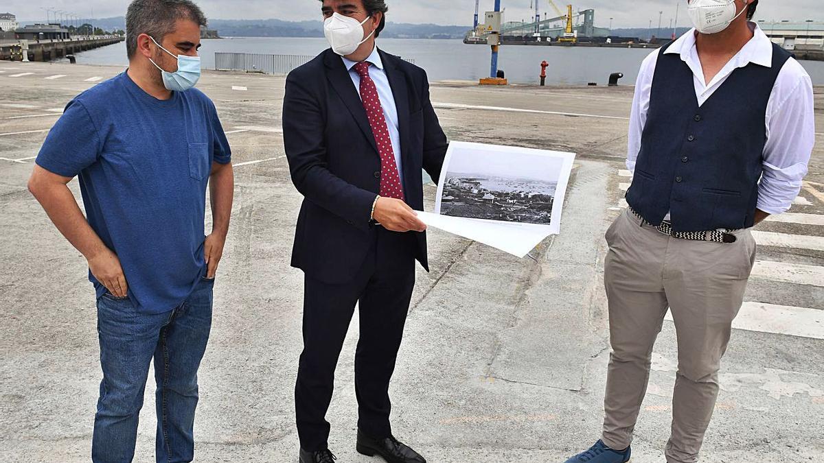 Rubén Ventureira, Martín Fernández-Prado y Suso Martínez, durante la presentación de la ruta.    // VÍCTOR ECHAVE