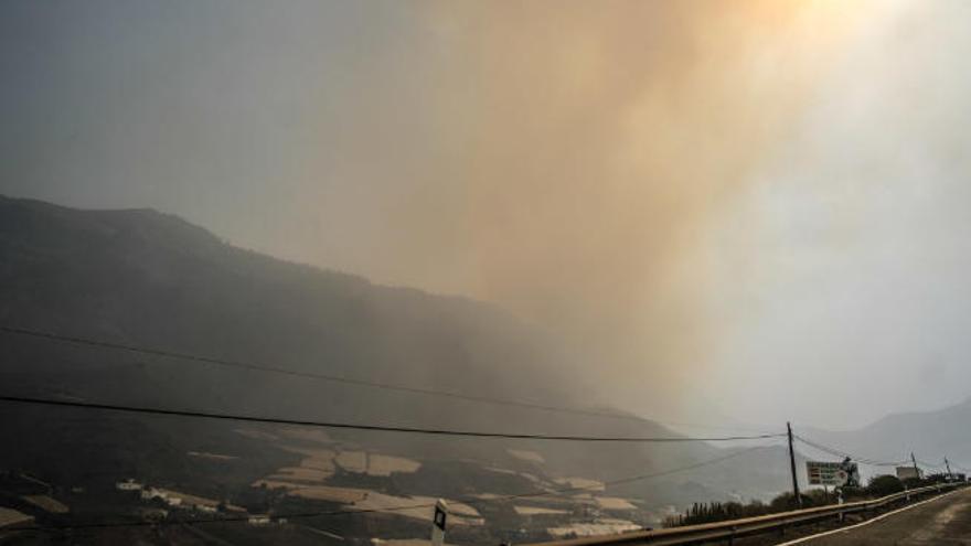 El viento y la calima dificultan el control del incendio de Gran Canaria