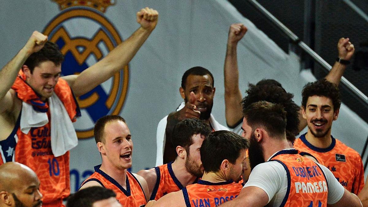 Los jugadores del Valencia Basket festejan la victoria en la pista del líder Real Madrid. | EFE/VÍCTOR LERENA
