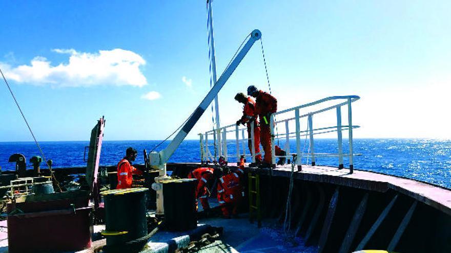 Un remolcador conduce al buque de los fertilizantes a descargar en la Península