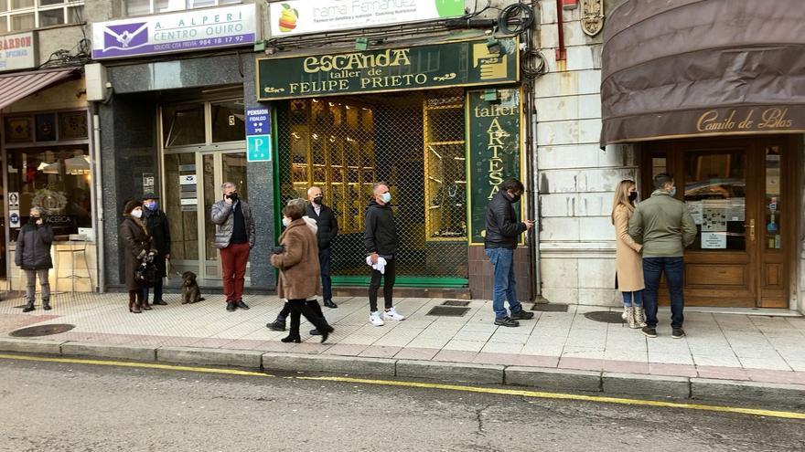 Largas colas en Oviedo para comprar Roscón de Reyes
