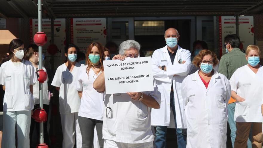 Protesta de los médicos de Atención Primaria a las puertas de los centros de salud en València