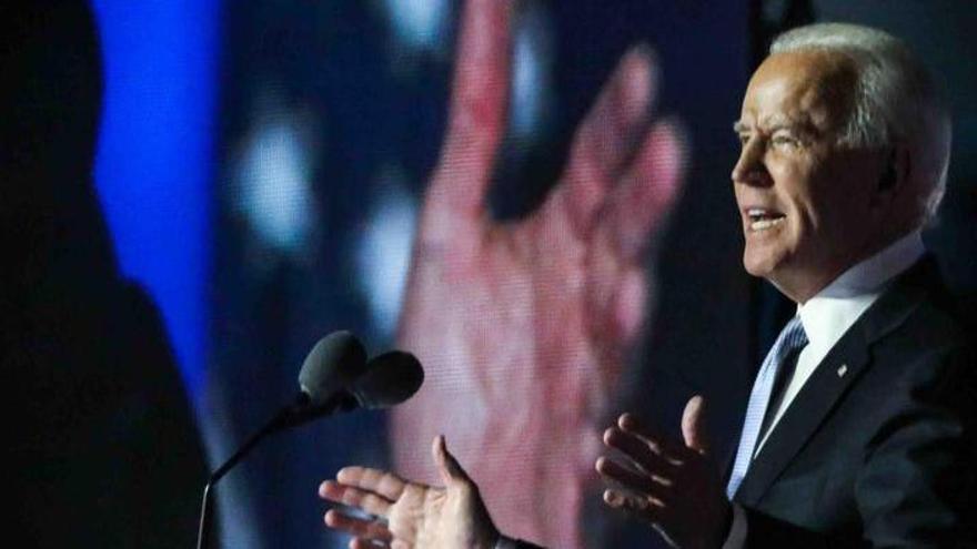 Biden firma dos órdenes para facilitar la llegada de ayudas económicas