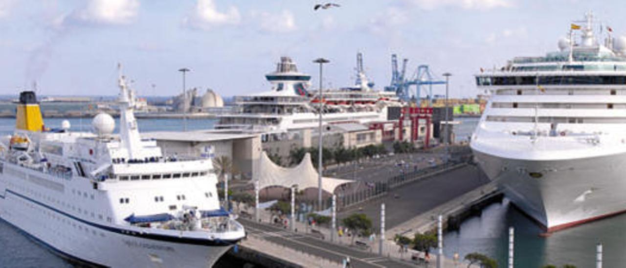 Vista general del muelle y la terminal de cruceros de Santa Catalina, con tres barcos atracados. i ANDRÉS CRUZ