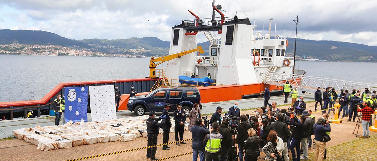 """El buque """"Karar"""" y el alijo de cuatro toneladas de cocaína tras su llegada al Puerto de Vigo."""