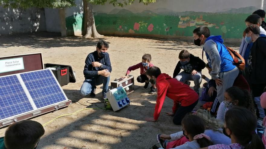 """El taller """"més o menys"""" acosta l'estalvi i l'eficiència energètica als escolars altempordanesos"""