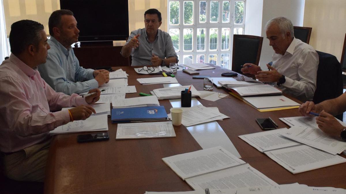 Diputados del PP, PSOE y Cs debaten sobre las enmiendas que van a presentar en común.