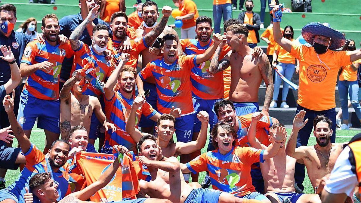 Los jugadores del San Mateo celebran sobre el verde del Municipal de El Paso su ascenso a la Segunda RFEF.     ÓSCAR SIMÓN