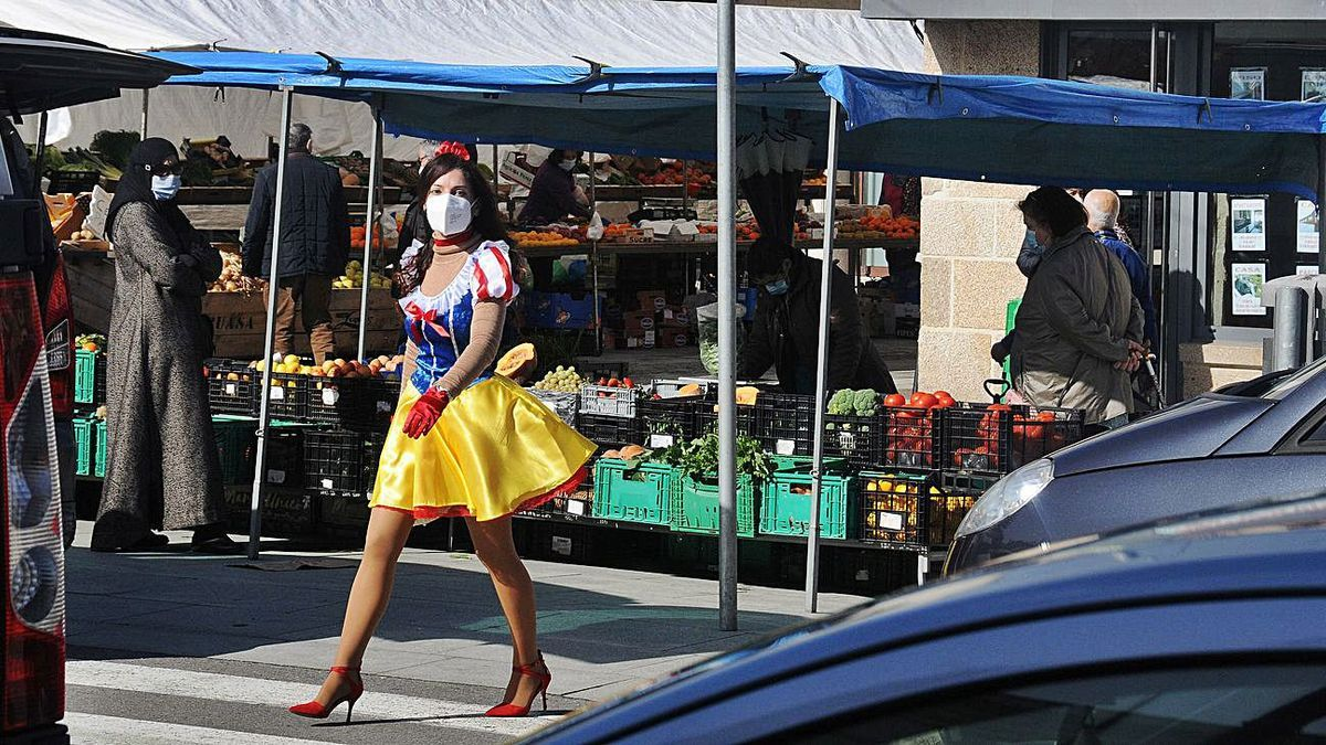 Blancanieves de compras en el mercadillo. | GONZALO NÚÑEZ