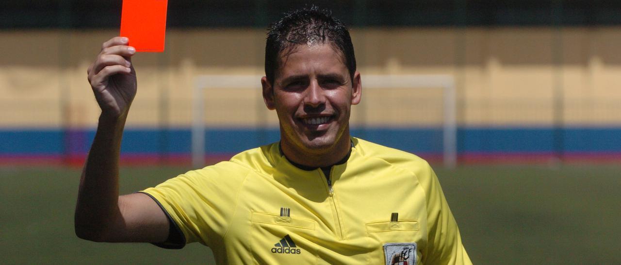 Héctor Suárez durante su etapa como árbitro