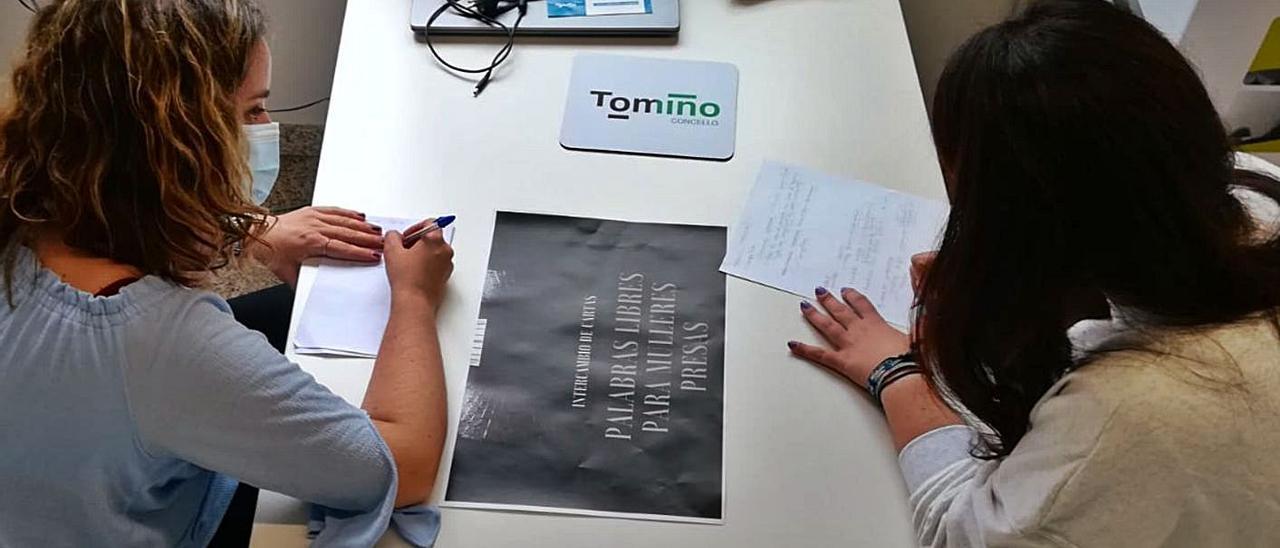 Jóvenes de Tomiño escribiendo cartas para enviar a las reclusas de Cáceres.
