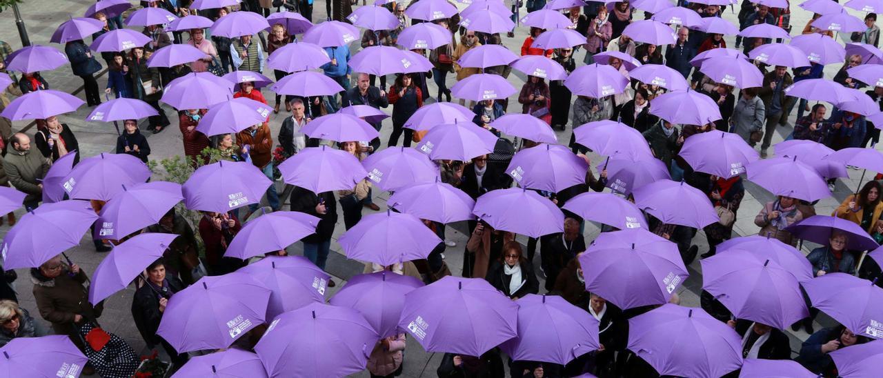Un acto contra la violencia de género en la plaza del Ayuntamiento de Mieres