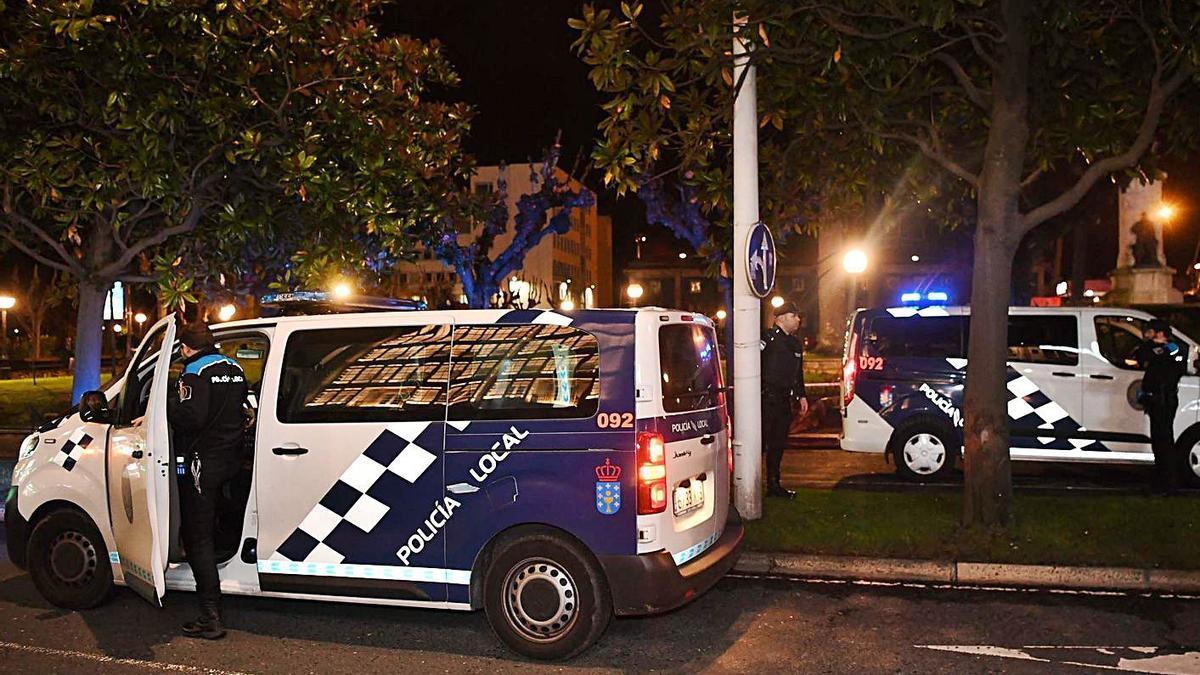 Dos patrullas de la Policía Local controlan el botellón en los jardines de Méndez Núñez.   | // VÍCTOR ECHAVE