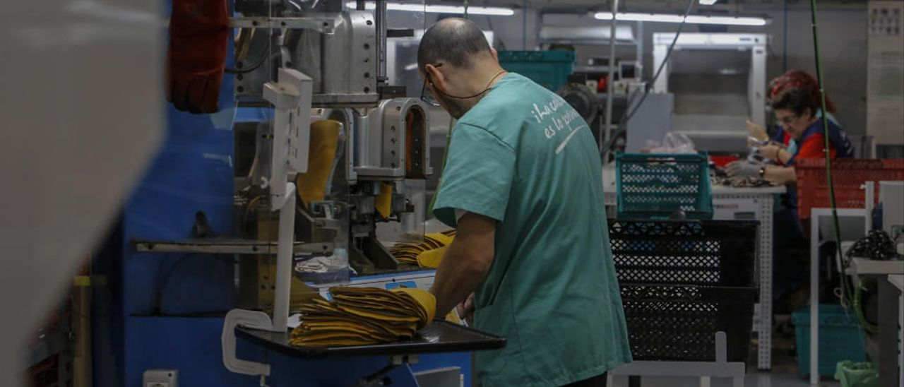 Trabajadores en una fábrica de calzado de Elche.