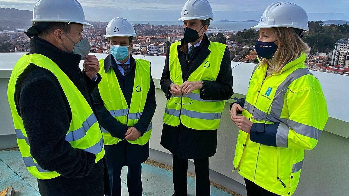 El arquitecto Alfonso Penela, con el juez decano, el presidente del TSXG y la delegada de la Xunta. |
