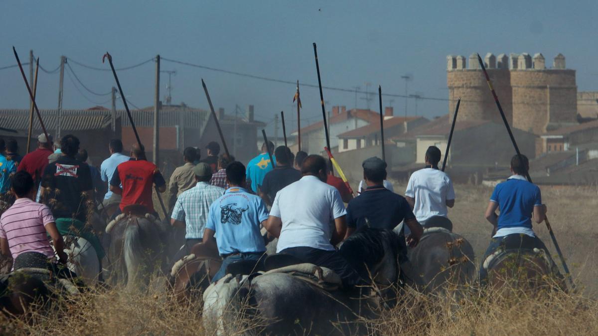 Un grupo de caballistas se dirige a la Puerta Villa de Villalpando