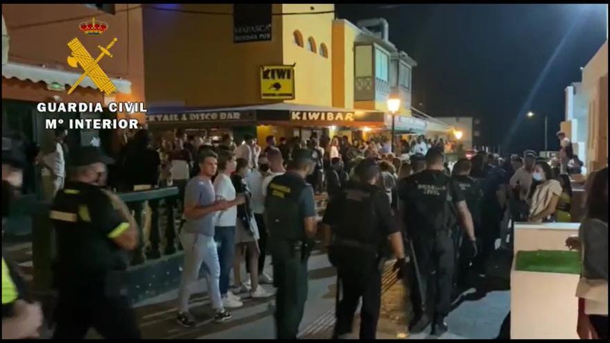 La Guardia Civil desaloja varios locales en Canarias por superar el aforo