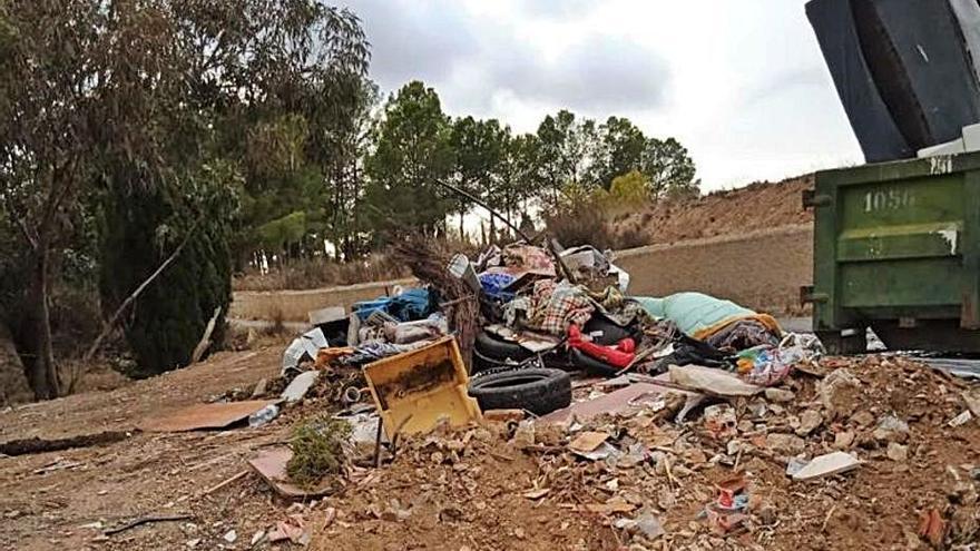 Elda retira más de 120 toneladas de basura y escombros de varios parajes