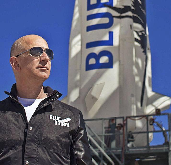 Jeff Bezos, fotografiado junto a su cohete.