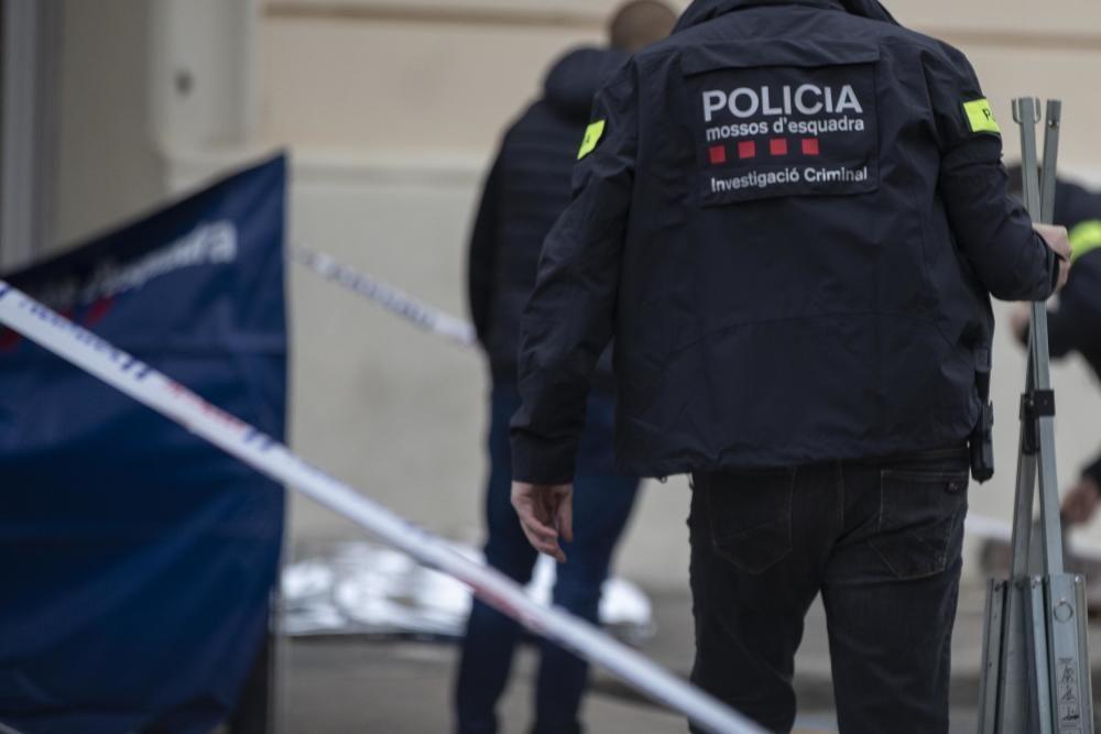 Els equips d''emergències treballant a l''escenari del crim de Sils