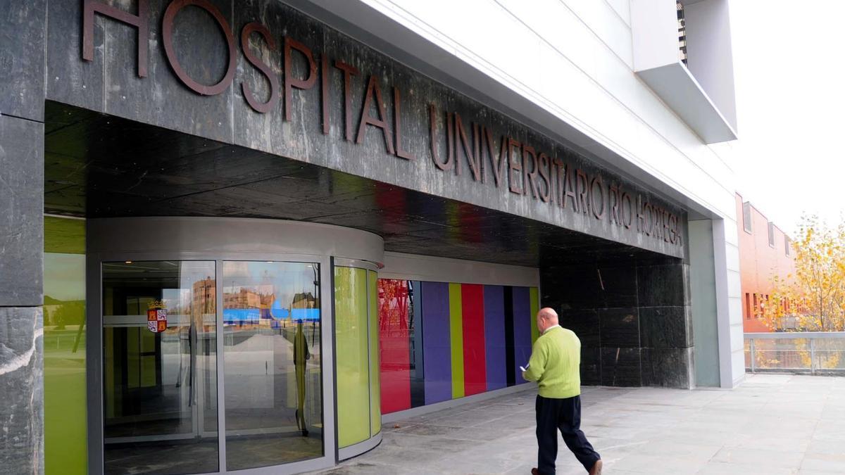 Un hombre entra, antes de la pandemia, en el Hospital Universitario de Valladolid.