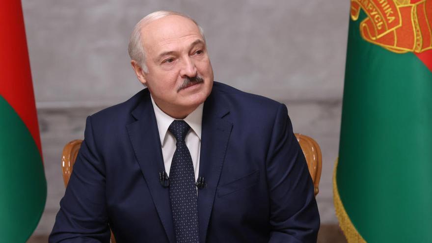 Lukashenko dice que puede llevar demasiado al mando