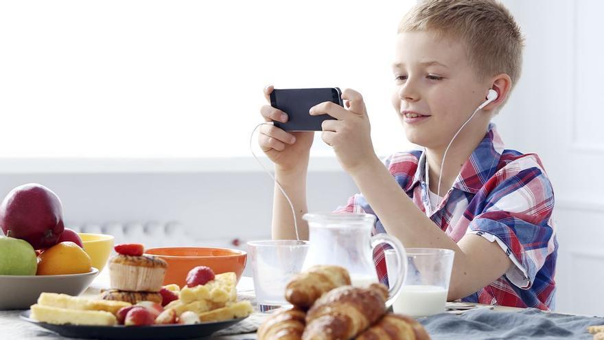 Mi hijo solo come con el móvil. Consecuencias y cómo cambiar la situación