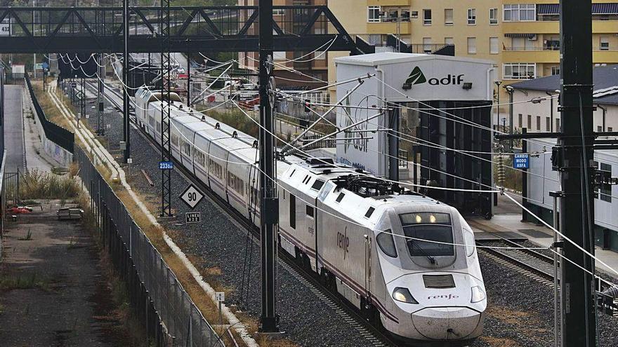 Uno de los trenes con los que se realiza la formación sale de la estación de Zamora.