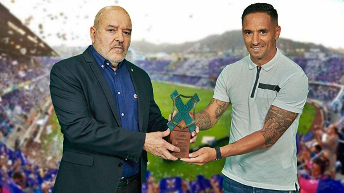 Miguel Concepción entrega a Suso el premio Leyenda Blanquiazul, al comienzo del acto de despedida del jugador.