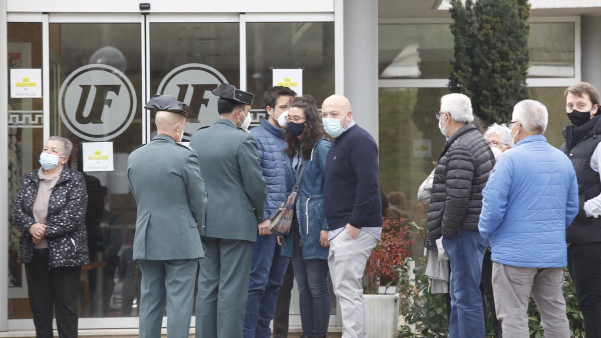 En el centro, el hermano y la pareja de Tono Ambrosio, reciben el pésame de las autoridades militares.
