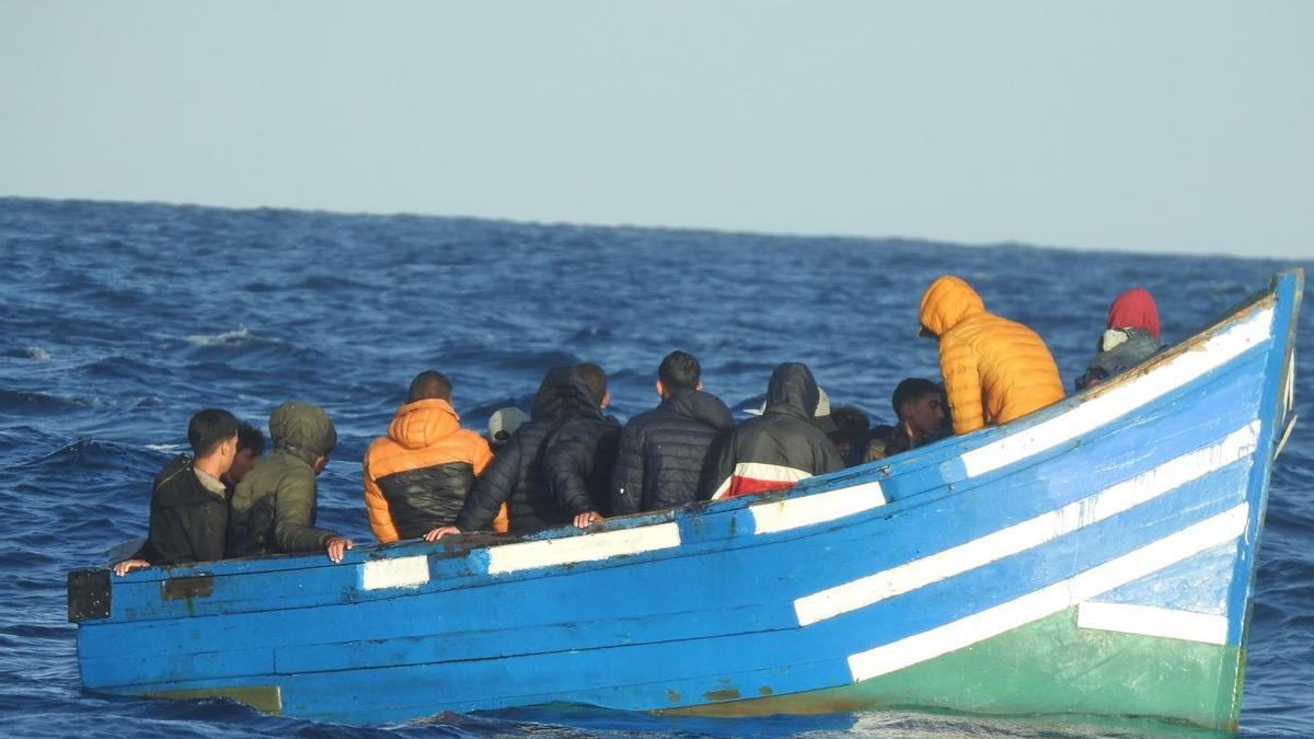 La patera con los inmigrantes magrebíes tras ser localizados este jueves por Salvamento Marítimo en el Archipiélago Chinijo.