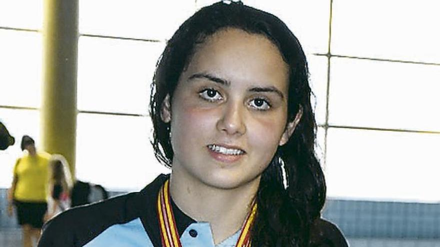 Esther Barrientos posa con múltiples trofeos y medallas.